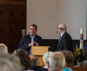 Der Bürgermeister dankt unserem Ortschronisten Edgar Gebhard für seine aufopferungsvollen Recherchen zur Ortsgeschichte