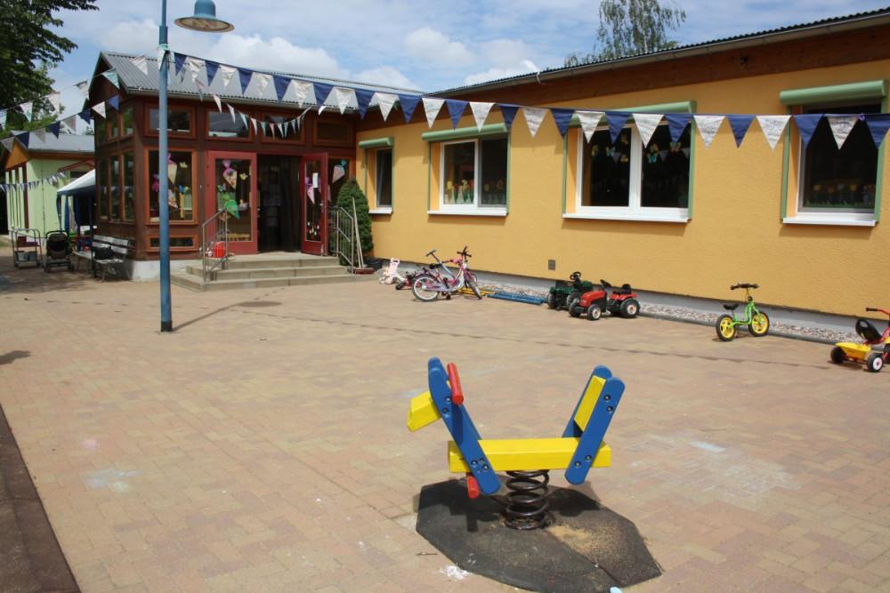 Außenansicht mit Wipptier und Gebäude, Kinderland-Ringleben e.V.