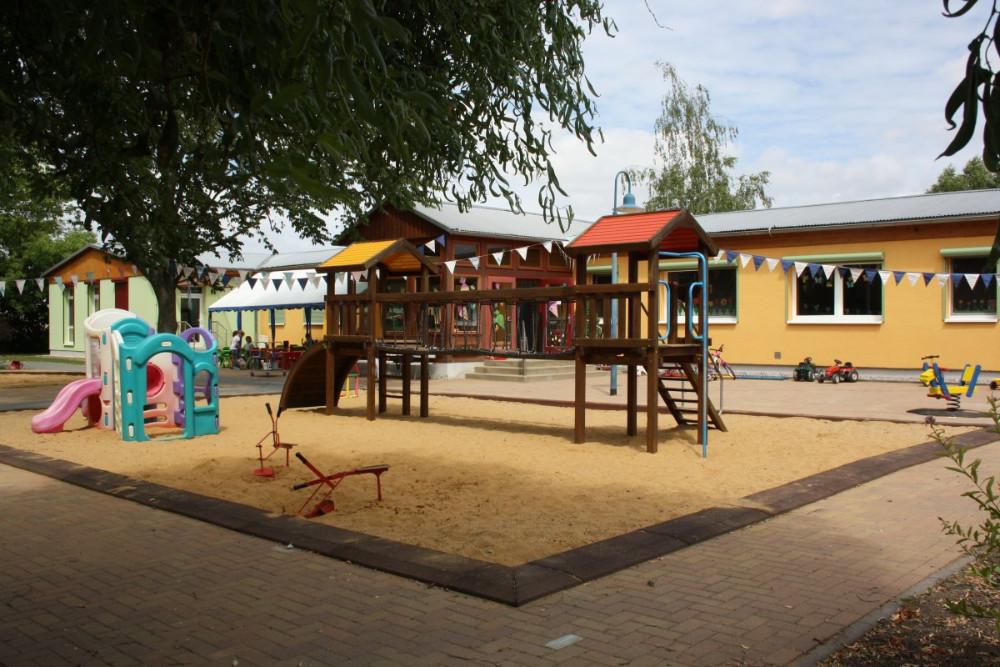 Außenansicht mit Klettergerüst und Gebäude, Kinderland-Ringleben e.V.