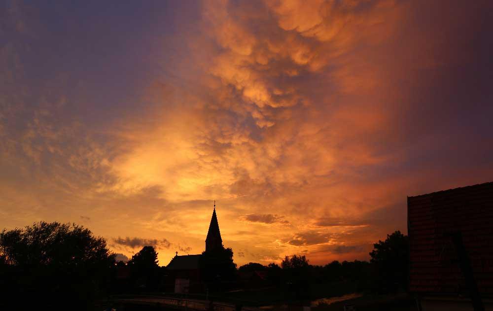 Die Kirche von Ringleben bei Gebesee nach einem starken Gewitter